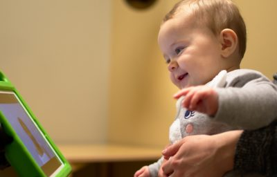 Mobile device cameras track the gaze of toddlers while they watch videos